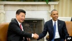 美国总统奥巴马和中国主席习近平在白宫椭圆形办公室握手(2015年9月25日)