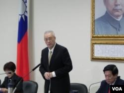 国民党代理主席吴敦义听取报告后做主席裁示(美国之音许波拍摄)