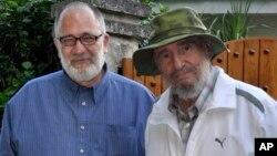 El presentador Mario Silva (izquierda) junto a Fidel Castro en septiembre de 2011. Silva dijo que saldrá del aire por unos días mientras se recupera de salud.