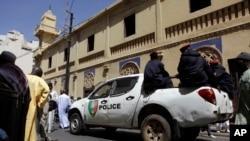 La police passe à bord d'un véhicule devant une mosquée après la prière de vendredi après-midi, à Dakar, Sénégal, 22 février 2013.