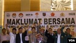 Komite Independen Pemantau Pemilu (KIPP) menyelenggarakan pernyataan sikap dan penandatangan Maklumat Bersama pemilu yang jurdil damai, dan anti korupsi, bersama KPU, Bawaslu dan partai peserta pemilu, 6 Feb 2014 (VOA/Andylala)