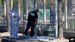 Policías inspeccionan una parada de autobús en el distrito La Valentine de Marsella, luego que un automóvil embistió a un grupo de peatones, matando a uno.