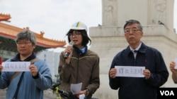 吴仁华(右)与台湾人权促进会秘书长邱伊翎(中)(美国之音杨明摄)