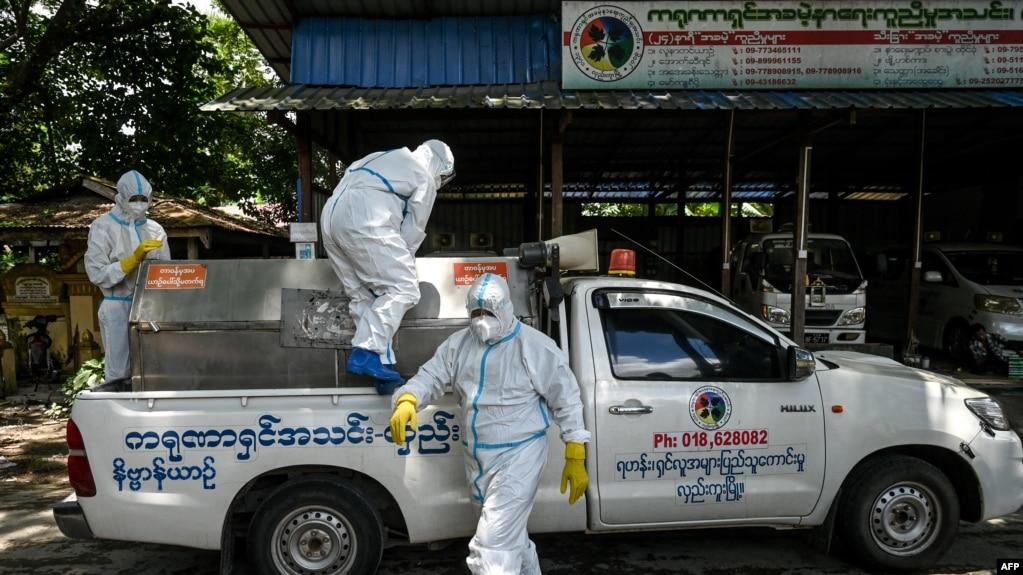 ကိုဗစ္ေရာဂါနဲ ့ေသဆံုးသူမ်ားကို လွည္းကူး သုသာန္သို ့ပို ့ေဆာင္ေပးေန သော ပရဟိတသမားမ်ား ( ဓာတ္ပံု - Ye Aung THU / AFP)