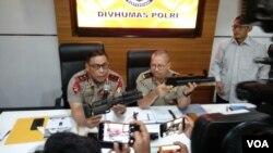 Kepala Korps Brimob Irjen Murad Ismail (kiri) dan Kadiv Humas Polri Irjen Setyo Wasisto menjelaskan impor ratusan senjata di Divisi Humas Mabes Polri, Sabtu, 30 September 2017. (Foto: VOA/Andylala)