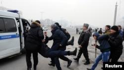 Polisi menahan demonstran yang menentang pemotongan nilai mata uangnya, tenge.