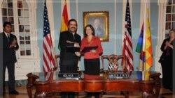 از راست به چپ: مقام بلنپایه وزارت امور خارجه آمریکا به همراه معاون وزیر امور خارجه بولیوی در لاپاز. ۷ نوامبر ۲۰۱۱