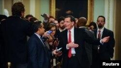 Сенатор-республиканец Джон Баррассо общается с журналистами на Капитолийском холме, 29 января 2020 года