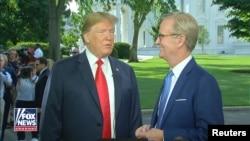 El presidente de EE.UU., Donald Trump, durante una entrevista con el presentador de Fox & Friends, Steve Doocy, (derecha), en la Casa Blanca, en Washington, DC. 15 de junio de 2018. Imagen fija de video. Cortesía de Fox & Friends / a través de REUTERS.