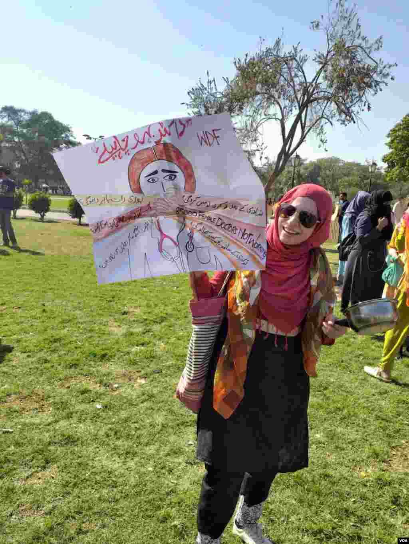 مارچ میں شریک خواتین نے مختلف سماجی مسائل کی بھی نشاندہی کی۔