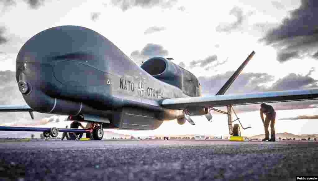 """NATO je dobio prvi avion opremljen najnovijim sistemom globalnog nadzora, nazvan Global Hawk, (""""Globalni jastreb""""). Grupa saveznika nabavlja pet takvih bespilotnih aviona sa pratećim bazama za upravljanje. Kada isporuke budu izvršene, NATO će preuzeti upravljanje i održavanje u ime svih 28 saveznika. Prvi Global Hawk poleteo je juče iz američke vazduhoplovne baze Palmdejl u Kaliforniji i deset sati kasnije sleteo u Sigonelu u Italiji. U razvoju i proizvodnji novog tipa izviđačkog aviona sredstva je uložilo 15 članica Alijanse:Bugarska, Češka, Danska, Estonija, Nemačka, Italija, Letonija, Litvanija, Luksemburg, Norveška, Poljska, Rumunija, Slovačka, Slovenija i Sjedinjene Države. """"Global Hawk jeprilagođen potrebama NATO-a, pružajući vrhunsku obaveštajnu, nadzornu i izviđačku sposobnost svim saveznicima,""""kaže se u saopštenju Severnoatlantskog odbrambenog saveza."""