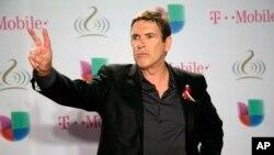 El actor venezolano Carlos Mata también desfiló por la alfombra roja llevando un mensaje de paz para sus compatriotas.