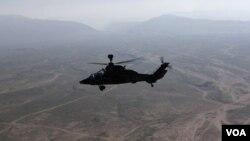 Sebuah helikopter NATO terbang di atas Afghanistan (foto: dok). Serangan helikopter NATO menewaskan 4 polisi Afghanistan di provinsi Ghazni, Kamis (4/4).