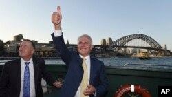 លោក Malcolm Turnbull នាយករដ្ឋមន្រ្តីអូស្រ្តាលី (រូបស្តាំ) និងលោក John Key នាយករដ្ឋមន្រ្តីនូវែលសេឡង់ធ្វើដំណើរនៅលីសាឡាងនៅកំពង់ផែស៊ីដនី កាលពីថ្ងៃទី១៩ ខែកុម្ភៈ ឆ្នាំ២០១៦។