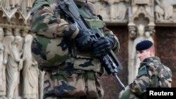 Binh sĩ Pháp tuần tra phía trước Nhà thờ Notre Dame ở Paris, ngày 20/1/2015.