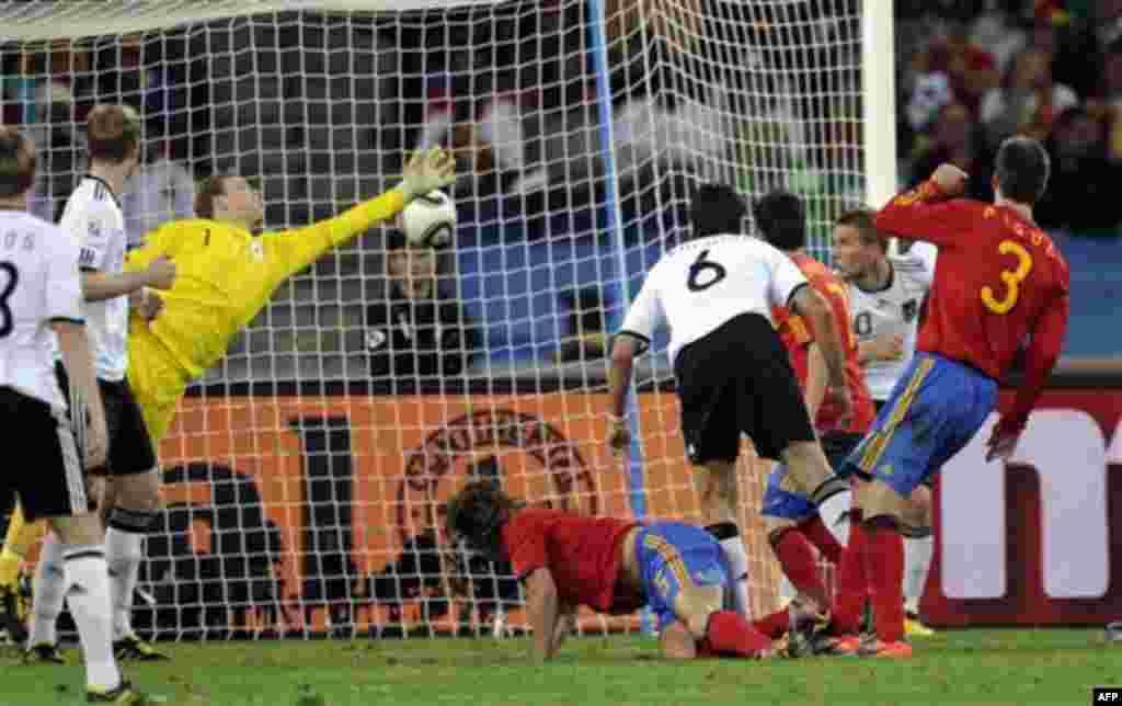 Матч между Германией и Испанией на стадионе в Дурбане, Южная Африка. Среда, 7 июля 2010. (Фото АП / Мартин Мейснера)