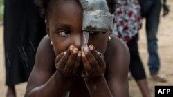 Un puits foré en banlieue de Kinshasa pour que les femmes et filles n'aient pas à parcourir de longues distances pour atteindre une rivière polluée, 7 mars 2015. La co-lauréate du prix L'Oréal-Unesco 2021 Catherine Ngila a développé un procédé pour traiter les eaux polluées.(AFP)
