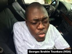 Loukou Josue Kouamé dénonce la discrimination à l'encontre des personnes handicapées, à Abidjan, le 9 novembre 2017. (VOA/Georges Ibrahim Tounkara)