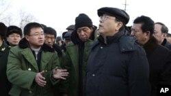 2009年黑龙江省省长栗战书(前排中间)和张德江副总理(前排右侧)视察矿区