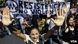 La oposición reclama que las promesas de Chávez de dar solución al problema de la vivienda no son más que parte de la campaña electoral.