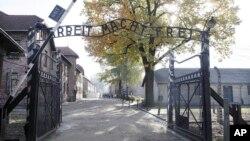 Pintu masuk ke bekas kamp tahanan Nazi-Jerman di Auschwitz-Birkenau di Oswiecim, Polandia (foto: ilustrasi).