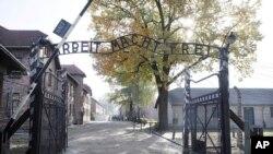 ورودی آشویتس که هزاران یهودی در کوره های آن کشته شدند.