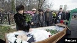 Nataliya Magnitskaya (kiri), ibu dari Sergei Magnitsky, berduka saat pemakaman anaknya di Moskow (Foto: dok)