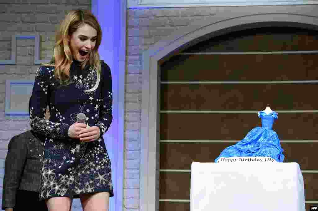 بازيگر سينمای بريتانيا، ليلی جيمرز، که ۲۶امين سالروز تولدش را در ۱۶ فروردين ۱۳۹۴ (۵ آوريل ۲۰۱۵) جشن میگرفت در يک کنفرانس خبری به مناسبت گشايش فيلم جديدش با عنوان «سيندرلا» در توکيو (ژاپن) از ديدن کيک تولدش که به شکل لباس سيندرلا درست شده بود يکه خورد.