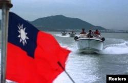 资料照:台湾军人在金门岛附近驾驶快艇巡逻。