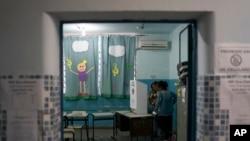 巴西里約熱內盧一個投票站工作人員在進行準備工作