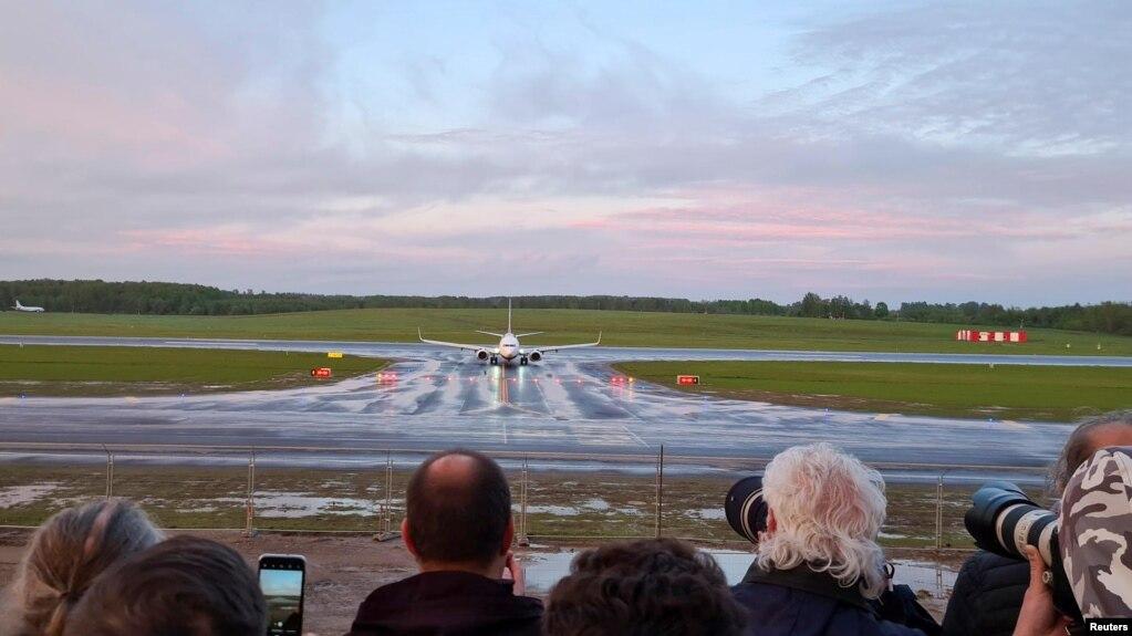 爱尔兰瑞安航空公司一架班机2021年5月23日迫降白俄罗斯明斯克机场(路透社)(photo:VOA)