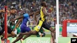 Bolt chạy chậm khi bắt đầu cuộc đua, nhưng bất ngờ bứt phá và vượt vận động viên Mỹ Justin Gatlin ở mốc 80 mét và giành chiến thắng với thời gian là 9,81 giây.