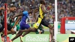 브라질 리우올림픽에 출전한 자메이카 육상대표팀 우사인 볼트(오른쪽)가 14일 열린 남자 100m 결승에서 1위로 결승선을 통과하고 있다. 볼트는 올림픽 사상 첫 남자 100m 3연패의 위업을 달성했다.