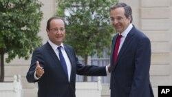 Tổng thống Pháp Francois Hollande, bên trái, chào đón Thủ tướng Hy Lạp Antonis Samaras tại Điện Elysee, Paris, ngày 25 tháng 8, 2012