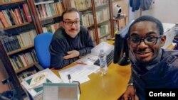 Kim Daniel Bengui com o professor Giorgio de Marchis, coordenador da cátedra Agostinho Neto