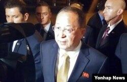 """리용호 북한 외무상이 21일 미국 뉴욕 맨해튼의 호텔 앞에서 '사상 최고의 초강경 대응을 고려하겠다'는 김정은 노동당 위원장의 성명에 대해 """"아마 역대급 수소탄 시험을 태평양 상에서 하는 것으로 되지 않겠는가""""라고 발언했다."""