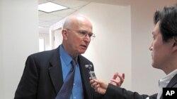 '미국의 소리'와의 인터뷰에 응하는 로렌스 코브 전 미 국방부 차관보 (자료사진)