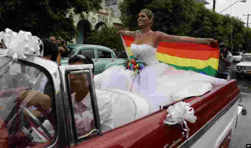 کوباقانونازدواج همجنسگرایانرا حذف کرد. خرداد ماه امسال اعلام شده بود ازدواج قانونی می شود و این عکس همان موقع گرفته شده بود، اما اکنون کوبا تصمیم خود را تغییر داده است.