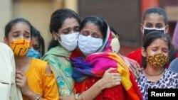 印度一个家庭哀悼一名因新冠肺炎死亡的家人(路透社2020年9月28日)