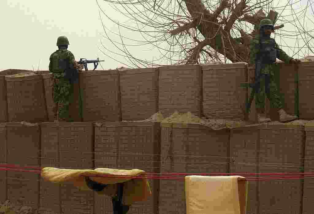 Soldados del ejército nacional de Afganistán vigilan desde dentro de la base estadounidense en Panjwai.