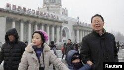 12일 북한 관영매체들이 3차 핵실험에 성공했다고 보도한 가운데, 평양역에 나온 주민들.