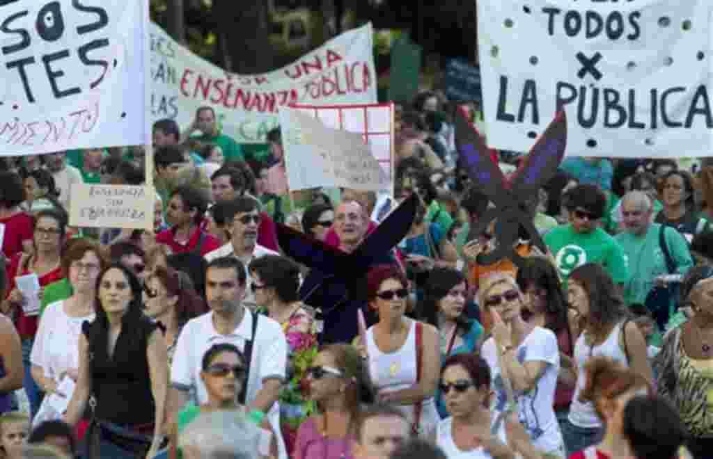 Miles de maestros y estudiantes salieron a las calles de Madrid en España para mostrar su rechazo a los despidos y recortes del presupuesto de educación. El país tiene uno de las tasas de desempleo más altas de la zona euro.