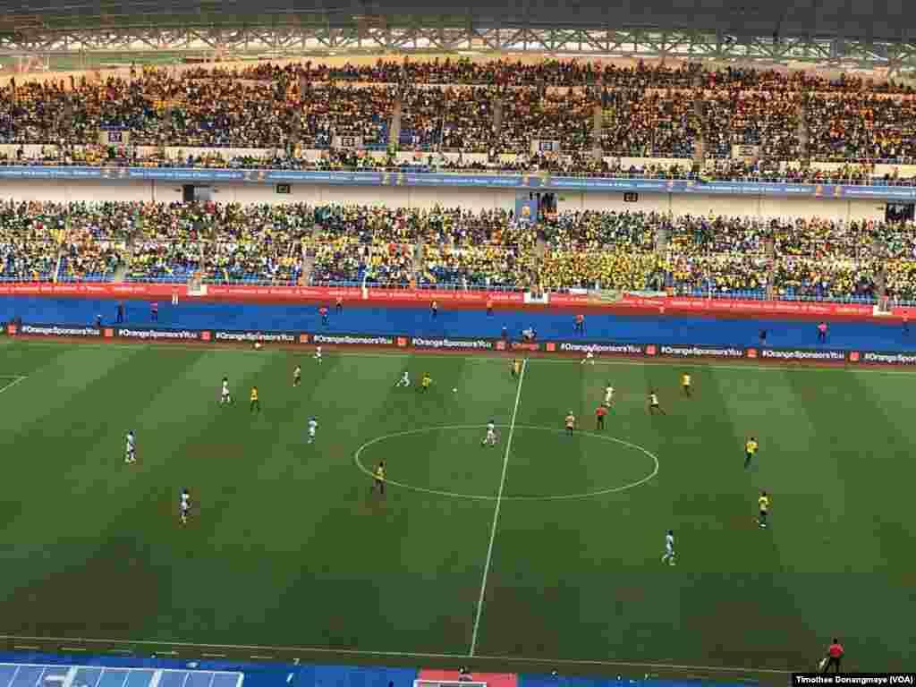 Le match Gabon-Burkina en cours au stade de Libreville, au Gabon, le 18 janvier 2017. (VOA/Timothee Donangmaye)