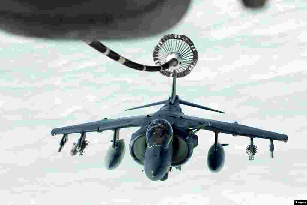 យន្តហោះចម្បាំងអាមេរិក AV-8B មួយគ្រឿងកំពុងធ្វើដំណើរទៅកាន់ទុយោចាក់សាំងពីយន្តហោះចម្បាំងសម្រាប់ចាក់សាំងKC-10 Extenderក្នុងពេលការចាក់សាំងលើអាកាសសម្រាប់ប្រតិបត្តិការយោធា Operation Inherent Resolve លើតំបន់អាកាសអ៊ីរ៉ាក់និងស៊ីរី។