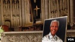 Foto Nelson Mandela di altar utama Gereja Riverside di New York, dalam doa mengenang mendiang pemimpin Afrika Selatan itu. (Foto: Dok)