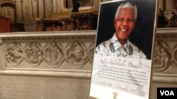 A large photo of Nelson Mandela was displayed near the main altar at the Riverside Church in New York during the late leader's memorial service, Dec. 11, 2013. (Adam Phillips/VOA)