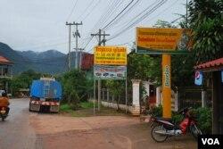 老挝北部城市芒赛街头随处可见中文酒店、餐厅的标牌。(美国之音朱诺拍摄,2013年8月9日)
