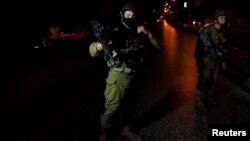 20일 팔레스타인 서안 지구 도시 헤브론에서 이스라엘 군인들이 실종 소년들의 수색 작전을 벌이고 있다.