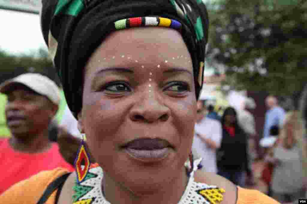 نیلسن منڈیلا کو خراج تحسین پیش کرنے کیلئے آنے والی افریقی خاتون