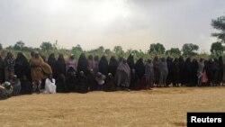 Le groupe des 82 filles de Chibok attendent d'être libérées en échange de commandants de Boko Haram, près de Kumshe, Nigeria, le 6 mai 2017.